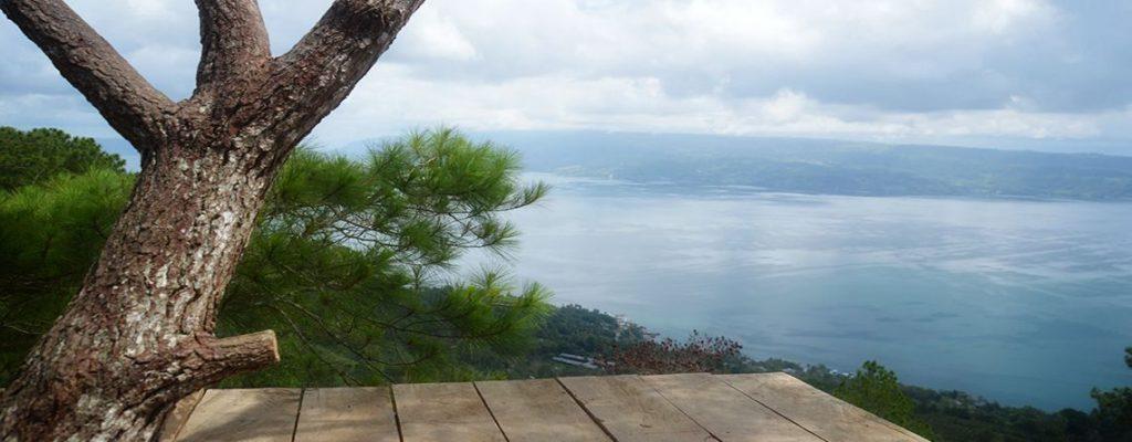 Menikmati Pemandangan Danau Toba dari Bukit Simarjarunjung